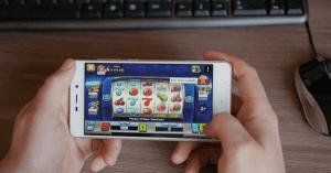 Aký je rozdiel medzi hraním automatov v mobile a na počítači?
